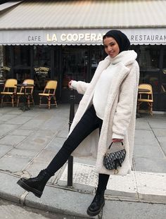 fashion wear From easy indigo denim to Western-style footwear, see how to wear ankle boots with skinny jeans in 2019 Modern Hijab Fashion, Street Hijab Fashion, Hijab Fashion Inspiration, Muslim Fashion, Mode Inspiration, Look Fashion, Fashion 2020, Modest Fashion, Modest Outfits Muslim