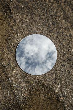 """""""Reflections"""" es un proyecto en curso del fotógrafoSebastian Magnani y consiste en un ensayo sobre la belleza de la luz reflejada. """"Es como un universo, un planeta pequeño, con muchas posibilidades decontrastes, colores, texturas, estados de ánimo e iluminaciones"""". En este proyecto, Magnani retrata espejos redondos en varios lugares. Según el fotógrafo, la idea surgió […]"""