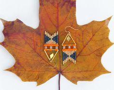 Orange néon et doré, boucles d'oreilles tissées en miyuki delicas et macramé, forme chevron flèche. Bijoux style boho chic.