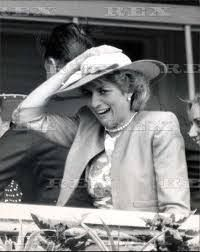 3 June 1987 ~ A Day at the Epsom Downs Racecourse with Princess Diana & the Duchess of York. God, look at her expression! Princess Diana Rare, Princes Diana, Royal Princess, Princess Charlotte, Princess Of Wales, Lady Diana Spencer, Funny Princess, Diana Williams, Diana Fashion