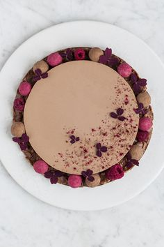 chocolate mousse cake with hazelnuts and crunch (hazelnut cornflake chocolate crust + milk chocolate mousse + whipped cream) Sweet Desserts, Just Desserts, Sweet Recipes, Real Food Recipes, Dessert Recipes, Yummy Food, Chocolate Crunch, Chocolate Mousse Cake, Chocolate Hazelnut