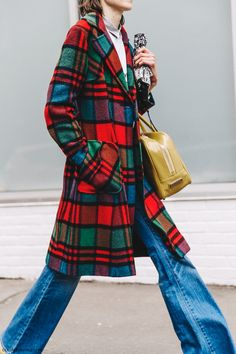 NYFW-New_York_Fashion_Week-Fall_Winter-17-Street_Style-Checked_Coat-Jeans-Yellow_bag-Yellow_Loafers-2