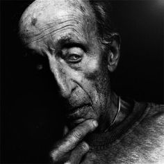 Photographer Lee Jeffries has shown that it's possible by taking very expressive portraits of people. But not just any kind of people; all of his models are homeless men, women and children that he has met in Europe and the United States. Black And White People, Black N White Images, Black And White Portraits, Black And White Photography, Lee Jeffries, People Photography, Portrait Photography, Foto Portrait, Man Portrait