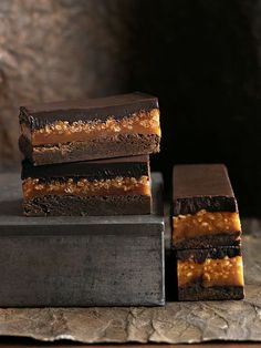 caramel crunch brownie Donna Hay Caramel/rice cereal layer can be used in Peanut Butter Stack bar recipe (sweet street usa) Köstliche Desserts, Delicious Desserts, Dessert Recipes, Yummy Food, Sweet Desserts, Caramel Crunch, Caramel Brownies, Caramel Bars, Samoa Brownies