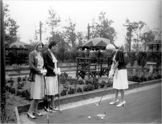 Three women playing miniature golf, circa Playland visitors often wore their Sunday best. New York Times Arts, Ny Times, Fashion Now, Golf Fashion, Golf Ball Ants, Vintage Golf, Vintage Sport, Golf Crafts, Golf Art