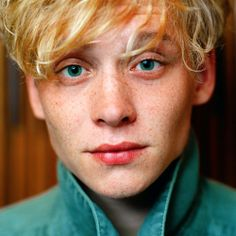frontal portrait      german actor      blonde      freckles      green eyes      matthias schweighöfer