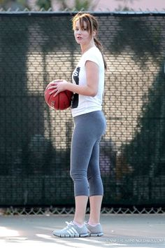 Jennifer Lawrence and boyfriend Nicholas Hoult were spotted playing basketball in Los Angeles on Sunday, January 29 Jennifer Lawrence Body, Jennifer Lopez, Young Love, Curvy Fit, Yoga Pants, Yoga Shorts, Fitspiration, Sexy Women, Curvy Women