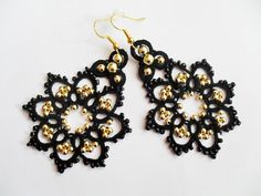 Etsy の Tatted earrings with glass beads black by carmentatting