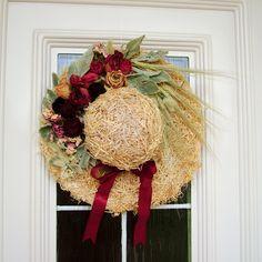 Divotvorný klobouk II Ozdobný klobouk ze sena zdobený sušenými květinami, obilím a stuhou.