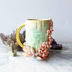 Katie transforme de simples tasses en de magnifiques œuvres d'art colorées | Daily Geek Show