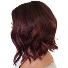 Tawny and Burgundy Blend for Brown Hair A dark red hair color blended with brown makes this wavy choppy bob bloom. With your hair pulled up in a pony, you'll also look very pretty. Dark Auburn Hair, Hair Color Auburn, Hair Color Dark, Brown Hair Colors, Dark Hair, Dark Red Hair With Brown, Long Bob Balayage, Auburn Balayage, Dark Red Balayage