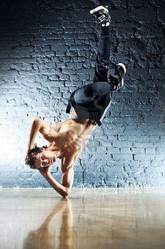 Break Dance http://us.123rf.com/400wm/400/400/chaoss/chaoss1104/chaoss110400008/9305733-jeune-homme-fort-break-dance.jpg