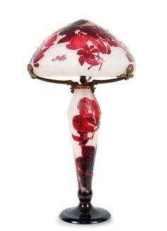 Émile Gallé, Grande lampe aux magnolias  verre gravé à l'acide à décor de magnolias rouges   monture naturaliste en bronze