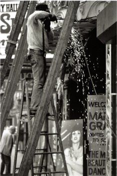 Louis Stettner: Construction Worker and Peep Show - 1978 Louis Stettner, Brooklyn, Peep Show, Paris Images, Moving To Paris, Construction Worker, Documentary Photography, New York Public Library, Street Photography