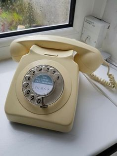 We had a phone like this and had to put a lock on it because our son kept picking it up and dialling numbers! 1970s Childhood, My Childhood Memories, Sweet Memories, 80s Kids, Ol Days, Retro Toys, My Memory, The Good Old Days, How To Memorize Things
