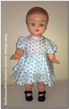 Κούκλα ελληνικής κατασκευής από πλαστικό από τα τέλη της δεκαετίας του 1950's. Πολύ γλυκιά και όμορφή με ωραία ρούχα και παπούτσια λουστρίνι. Με φυσιολογική φθορά και παλαιότητα. Έχει ύψος 31 πόντους