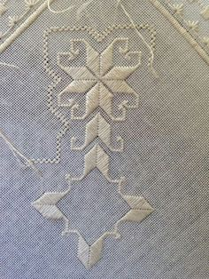 Dove Eye filling stitch - good image, but the link does not go anywhere Types Of Embroidery, Learn Embroidery, Ribbon Embroidery, Embroidery Patterns, Hardanger Embroidery, Cross Stitch Embroidery, Drawn Thread, Bargello, Straight Stitch