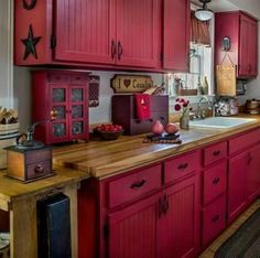 Cool rustic cabinets for an antique kitchen Primitive Homes, Primitive Kitchen, Rustic Kitchen, Diy Kitchen, Kitchen Decor, Country Primitive, Kitchen Ideas Red, Country Sampler, Primitive Decor