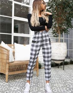 60 süße Outfits mit Sneakers, die Sie zum Ausprobieren der Damenmode benötigen 60 cute outfits with sneakers that you need to try the women's fashion … – out Spring Outfits, Trendy Outfits, Fashion Outfits, Womens Fashion, Work Outfits, Classic Outfits, Fashion Clothes, Tween Fashion, Winter Outfits