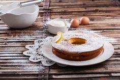 Receita de bolo de iogurte. Descubra como preparar este bolo de iogurte de maneira prática e deliciosa com a TeleCulinária!