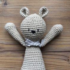 Tunella's Geschenkeallerlei präsentiert: Häkelei - Albärt - gehäkelter Bär zum Liebhaben #tunellasgeschenkeallerlei #häkelei #geschenk #handgemacht #bär #baby Crochet Hats, Crochet Stuffed Animals, Baby Favors, Knitting Hats