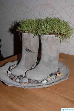 old nylon stockings concret diy Cement Art, Concrete Cement, Concrete Crafts, Concrete Garden, Outdoor Planters, Concrete Planters, Diy Planters, Cement Table, Outdoor Crafts