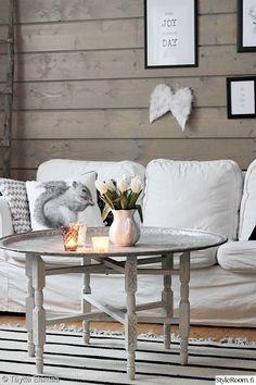 olohuone,olohuoneen pöytä,ektorp,tarjotinpöytä,hirsipaneeli,eläintyyny