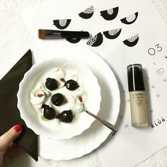 So, I'm eating my #breakfast and making #plans, for start- preparing the first product from #Shiseido, which will be on today's menu #time4beauty  #synchroskin #lastingliquidfluid #missesbond #luxury #beautyblog #beads #vegan #healthy #yummy #food #chocolate #rawcacao #banana #gojiberries #klunkomunikacije missesbond.com
