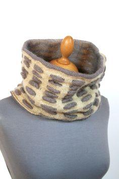 Rundschal für Frauen, Halswärmer mit 3d Muster, beige grauer Loop, Handgefertigter Schlauchschal Knitting Accessories, 3d, Knitted Scarves, Etsy, Outfit, Fashion, Accessories, Infinity Scarfs, Handmade