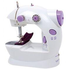 Naaimachine voor kleine modevrienden. De kinderen kunnen hun vaardigheden trainen. Hoe maak je een poppenjurkje?   Nu oefenen zodat ze later kunnen beginnen met een grotere naaimachine! De naaimachine is voorzien van een spoel voor de onderste draad en een vervangende naald!     Tevens kan door middel van het voetpedaal de snelheid van de naaimachine worden geregeld.