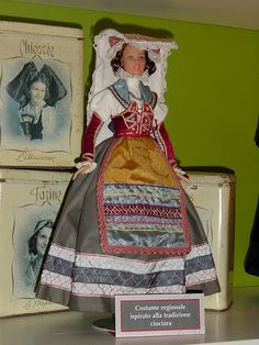 Italian regional costume from Lazio Italian Party, Costumes Around The World, Christmas Costumes, Folk Costume, Beauty Photos, Traditional Dresses, Fashion Dolls, Italy, Clothes For Women