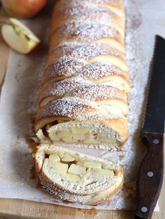 Caramel Apple Braided Loaf Recipe So simple and delicious! Add some chocolate chips to make it extra sweet! Apple Recipes, Sweet Recipes, Bread Recipes, Köstliche Desserts, Dessert Recipes, Apple Braid, Yummy Treats, Yummy Food, Braided Bread
