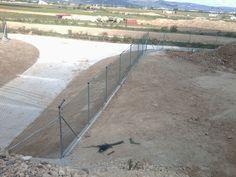 Valla montada por Vinuesa vallas y cercados en tramo de AVE que pasa por el aeropuerto de Reus. www.vinuesavallasycercados.com