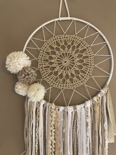Dreamcatcher Dreamcatcher dreams of boho chic pompoms Attrape rêves Dreamcat . - Dreamcatcher Dreamcatcher dreams of boho chic pompoms Attrape rêves Dreamcatcher boho chic pompoms - Dreamcatcher Crochet, Crochet Mandala, Doily Dream Catchers, Diy And Crafts, Arts And Crafts, Boho Diy, Craft Projects, Weaving, Crafty