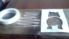 diy de um cabideiro - Você irá precisar de uma peça em madeira, ou MDF, com cerca de 70cm de largura x 20cm de alutra; 04 ganchos; tinta branca e fita adesiva.