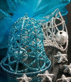 Tutorial - Ornament with Seed Beads - Fire Mountain Gems and Beads - DIY @ Craft's Beaded Christmas Decorations, Christmas Tree Ornaments, Snowman Ornaments, Christmas Jewelry, Christmas Bells, Beading Tutorials, Beading Patterns, Seed Bead Tutorials, Beaded Ornament Covers