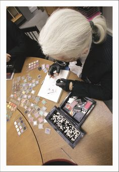 Karl Lagerfeld adding colour to a sketch with Shu Uemura eye shadows. just fabulous, would have never thought of that medium of coloring! Karl Lagerfeld, Gypsy Living, Mode Chanel, Fashion Design Portfolio, Chanel Couture, Couture Details, School Fashion, Ny Fashion, Fashion Story