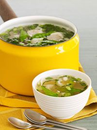 Wacky Wonton Soup -This Asian style meatless soup is made with frozen wontons. It's like having an appetizer in your dinner instead of before it. Chowder Recipes, Soup Recipes, Vegetarian Recipes, Cooking Recipes, Soups For Kids, Kids Soup, Asian Soup, Asian Recipes, Ethnic Recipes