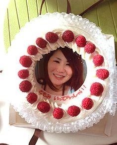 周りから「誕生日おめでとー!!」の歓声の中、ローソクの付いたケーキが運ばれてくる・・・  普通のバースデーケーキかと思ってよく見たら、自分の写真がドーンと写っている!!  そんな、「顔写真入りケーキ」でサプライズはいかがですか?   cakeこの写真入りケーキ。 ケーキの上に乗ったクッキー生地に見事に顔写真が転写されていて、 食べるのがもったいないくらいです。 私は写真を何枚も撮ってしまいました(笑)  お子様の誕生日祝いで、喜ぶ顔が目に浮かぶようですよね。 もちろん大人でも、友人同士の誕生日パーティーで出したら 盛り上がること間違いなし!ですよね☆  写真には食用色素のインキを使用しているのでもちろん食べて安心。 しかも材料にもこだわり、無添加にこだわって作られているので 味も上品で美味しく、食べ過ぎてしまいました(笑)  ぜひ一度、下のホームページでどんなものか見てみてください。  TEL    :03-3605-7573  0120-360-542  定休日  :火曜日  営業時間 :10:00~19:00