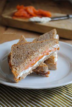 Pane, burro e alici: Tramezzini con pane di segale fatto in casa, crema di formaggio e salmone