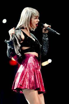 """Taylor Swift singing """"Welcome To New York"""" at the 1989 Tour"""
