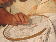 A renda de labirinto é artesanato de tradição cultural desenvolvida na região nordestina, principalmente na Paraíba e no Ceará. É um tipo de bordado que se faz desfiando o tecido, unindo os fios e preenchendo os espaços com cerzimento em linha, formando os mais variados desenhos e cujo resultado final é de uma delicadeza sem igual. Existem poucos dados sobre a origem da renda de labirinto, mas a certeza de que foi trazida pela mulher portuguesa.