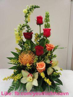 Rosen Arrangements, Tropical Flower Arrangements, Creative Flower Arrangements, Flower Arrangement Designs, Church Flower Arrangements, Beautiful Flower Arrangements, Tropical Flowers, Spring Flowers, Colorful Flowers