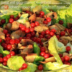 Salat mit gegrilltem Olivenbrot und Johannisbeeren