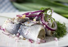 Glarmestersild Pil og hak løget. Bring alle ingredienser til lagen i kog og juster smagen. Køl lagen af, si den, og gem krydderier og…  http://nemaftensmad.com/glarmestersild/  #Fisk, #Hovedretter , #Konserves, #Sild