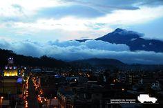 Otavalo, vista nocturna y el volcán Cotacachi al fondo