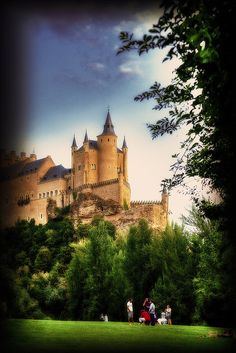 Alcázar of Segovia, Spain.... Looks like Cinderella's castle!