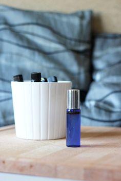 Fabriquer sa brume d'oreiller pour lutter contre l'insomnie, c'est facile ! Ici une recette qui sent bon, à base d'huiles essentielles relaxantes.