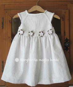 Abito bianco bimba in cotone sangallo, corpetto a maglia, decorazione fiori…