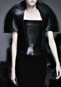 Architectural Fashion - black leather top with exaggerated shape; sculptural fashion // Gareth Pugh 2014 a bit dated by the year.still a cool concept! 3d Fashion, Dark Fashion, Fashion Week, Fashion 2020, Fashion Details, Couture Fashion, High Fashion, Fashion Design, Latex Fashion